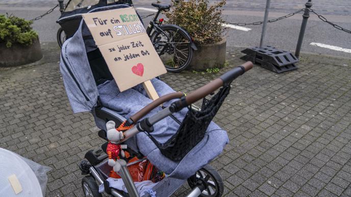 Manche Mütter haben sich Plakate für die Demonstration gebastelt.