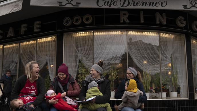 Auf einer eigens dafür aufgestellten Bank konnten Mütter während der Demonstration ihre Kinder stillen.