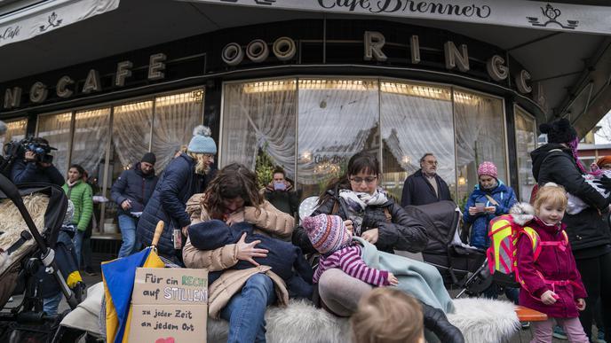 """""""Für ein Recht auf Stillen - zu jeder Zeit an jedem Ort"""" - steht auf dem Plakat, das eine der Frauen mitgebracht hat."""