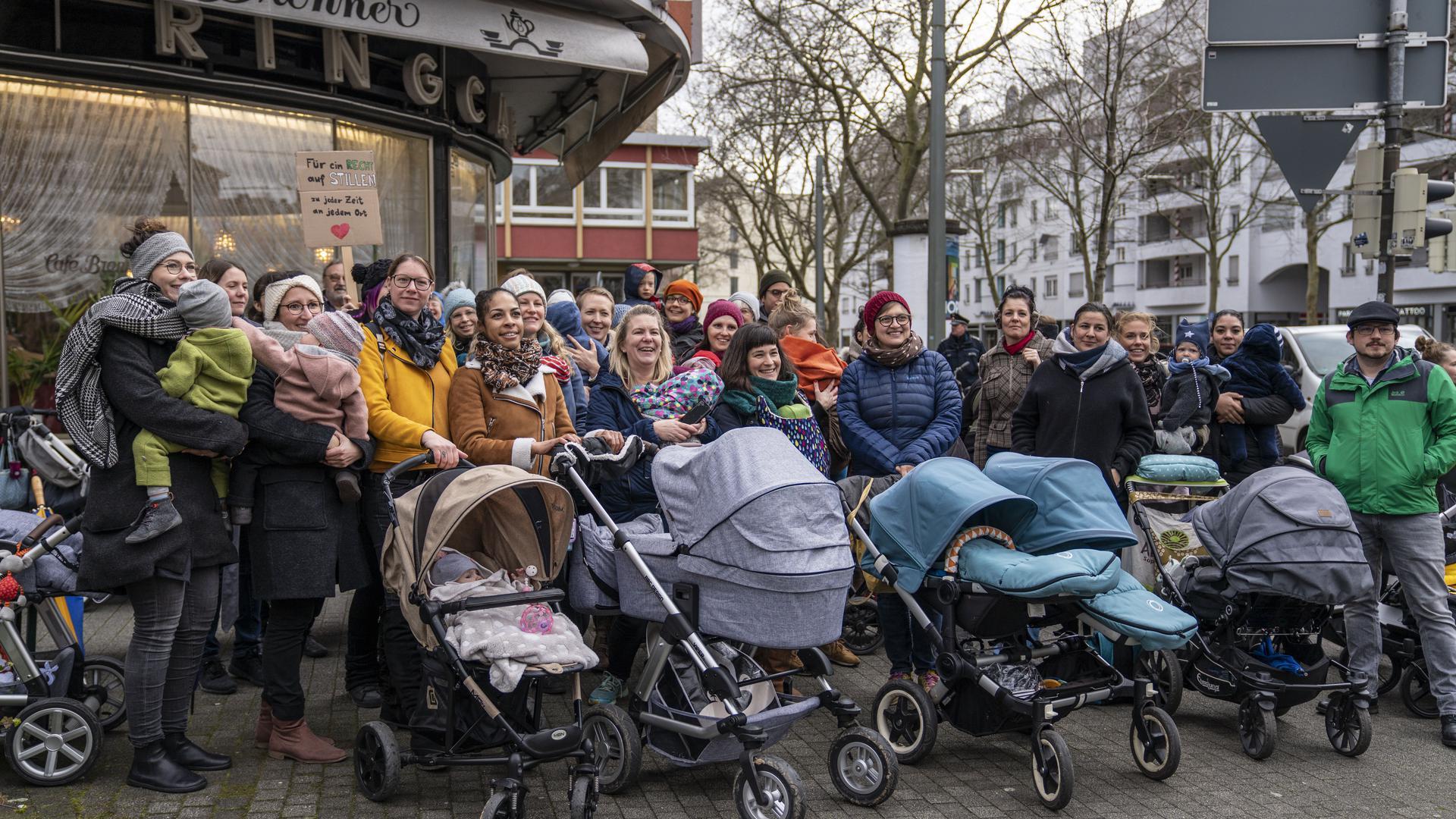 Rund 25 Mütter und Väter haben sich in Karlsruhe vor dem Café Brenner zusammengefunden, um für mehr Akzeptanz für Stillen in der Öffentlichkeit zu werben.