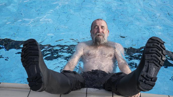 Ein anderer Badegast plantschte am Freitagmorgen mit Gummistiefeln.