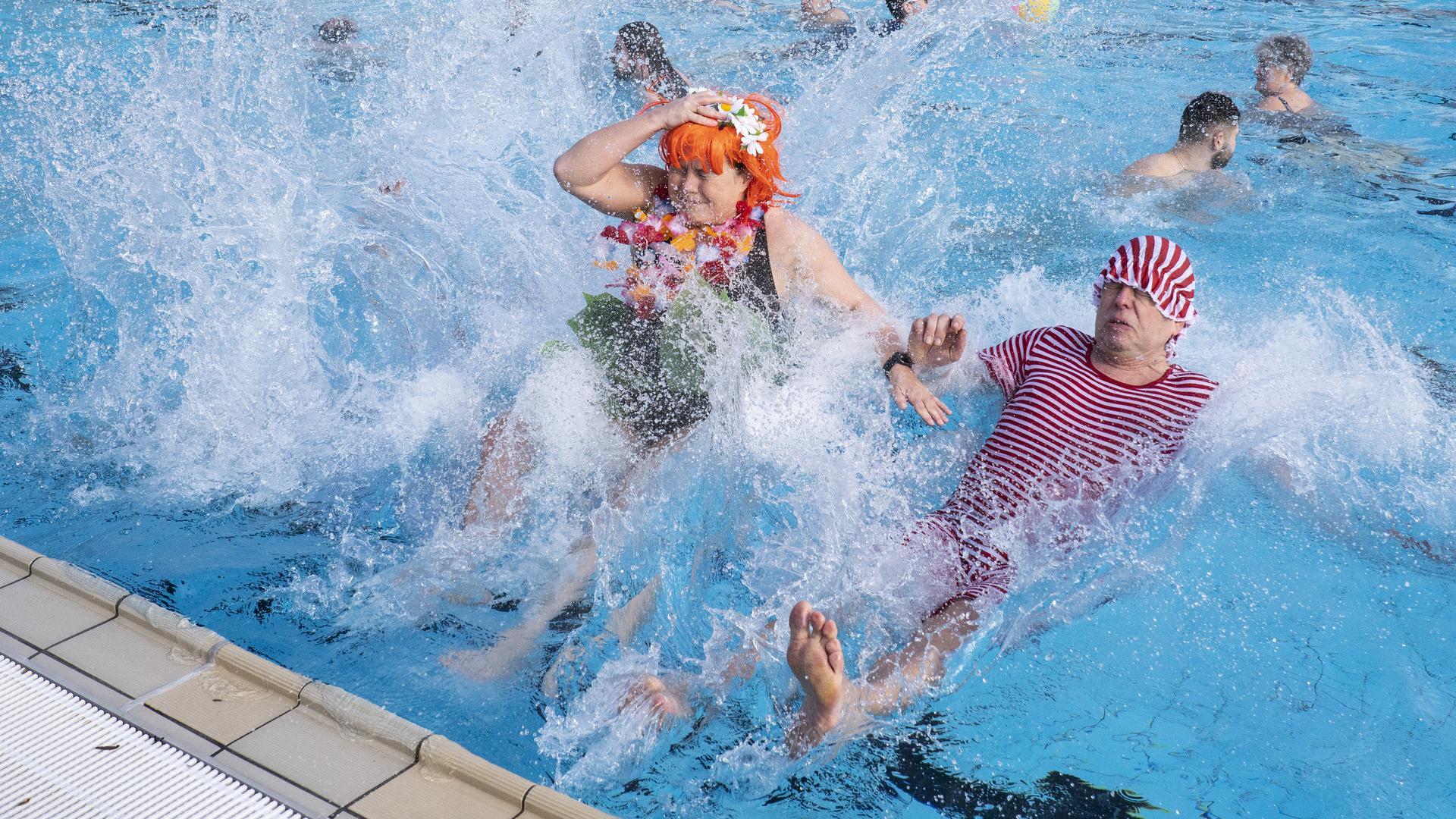 Mit bunten Hauben und rot-weißem Strampelanzug läuteten die Badegäste die Freibadsaison ein.