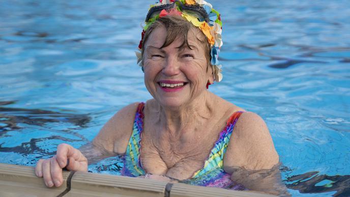 Renate kam aus Stutensee ins Sonnenbad. Das Schwimmen in der Kälte halte sie fit, sagt sie.