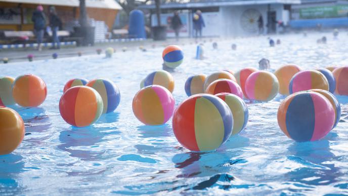 Der Freundeskreis organisierte 200 Badekugeln für die feierliche Eröffnung.