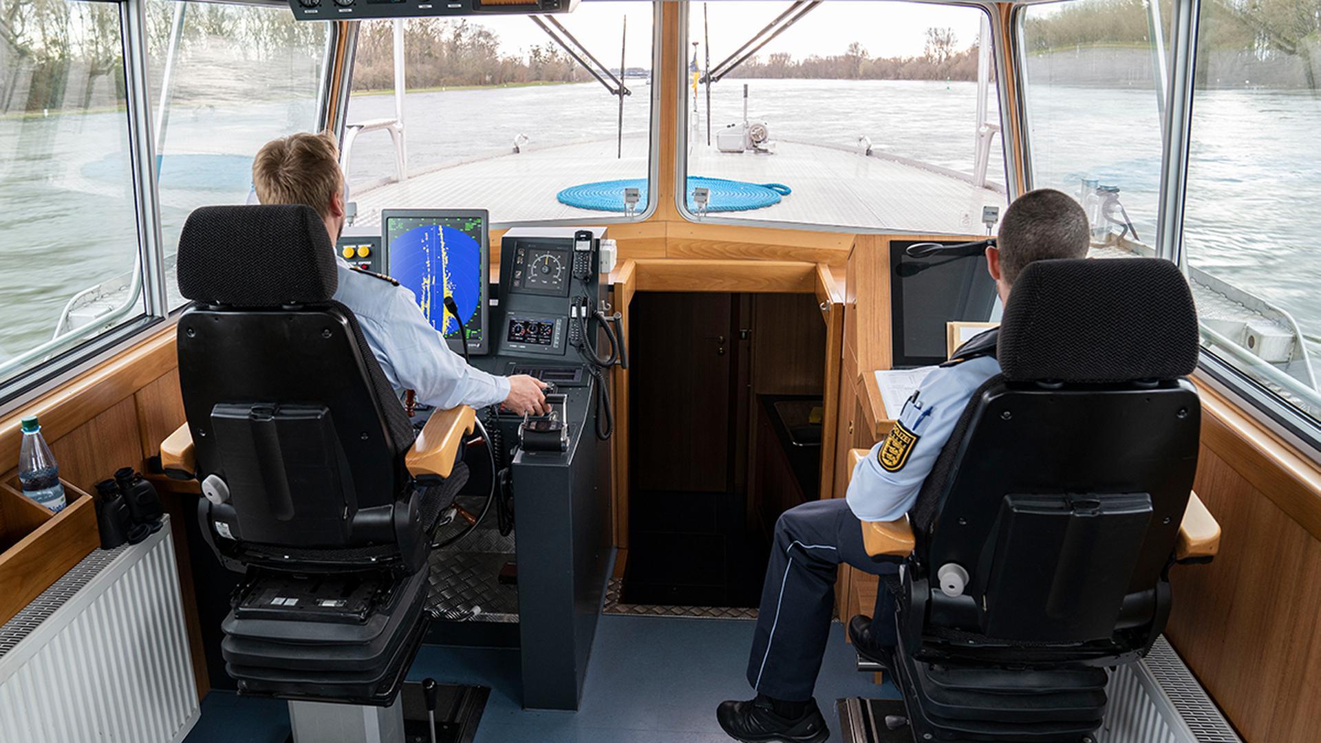 Auf dem Radar: Zur täglichen Arbeit von Andreas Stein (links) und Thomas Weisenhorn gehört es bei der Wasserschutzpolizeistation Karlsruhe, den Rhein als befahrene Schifffahrtsstraße im Blick zu behalten.
