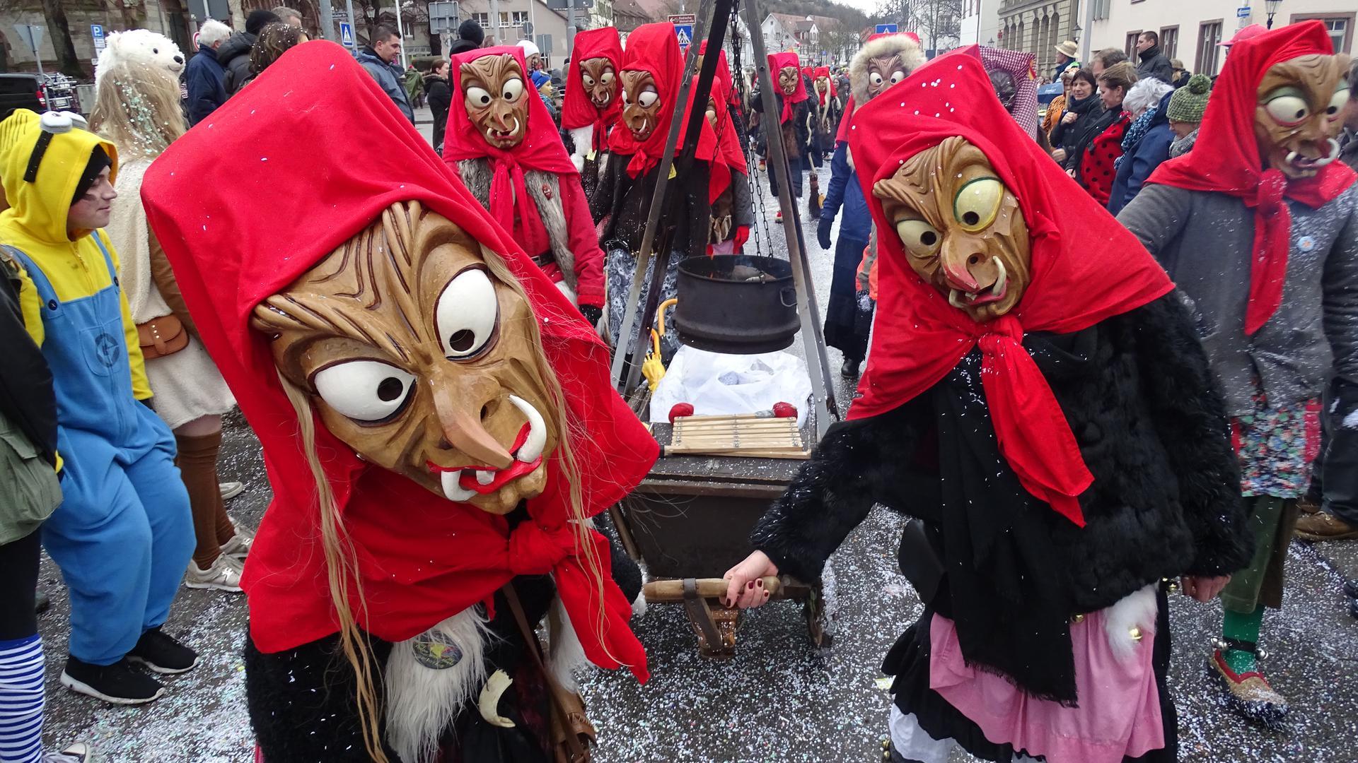 Ein Klassiker: Hexenmasken dürfen auf den Straßen bei den Umzügen nicht fehlen. Darunter verbergen sich oft Mitgieder von Traditionsvereinen. Diese sind Ende Februar in der ganzen Region unterwegs.