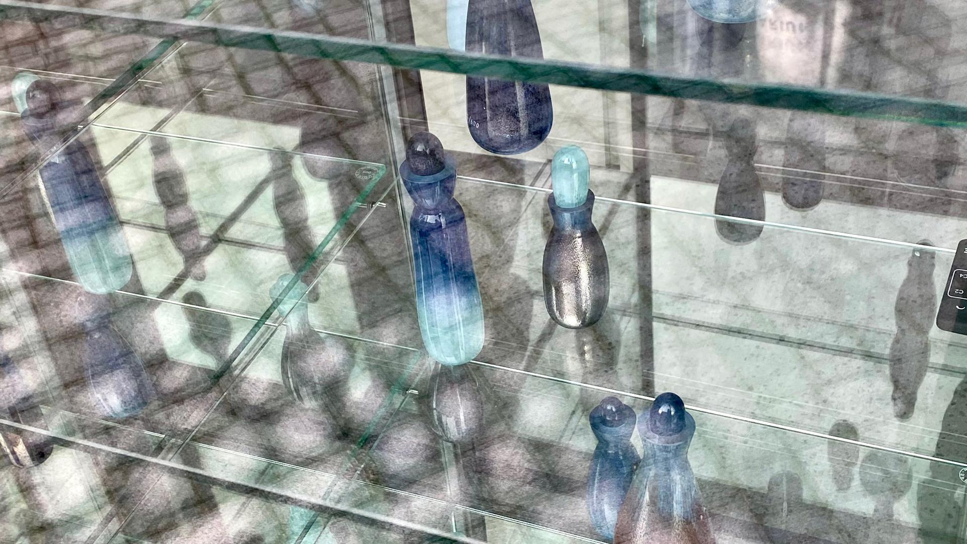 Vitrine mit Parfumflaschen