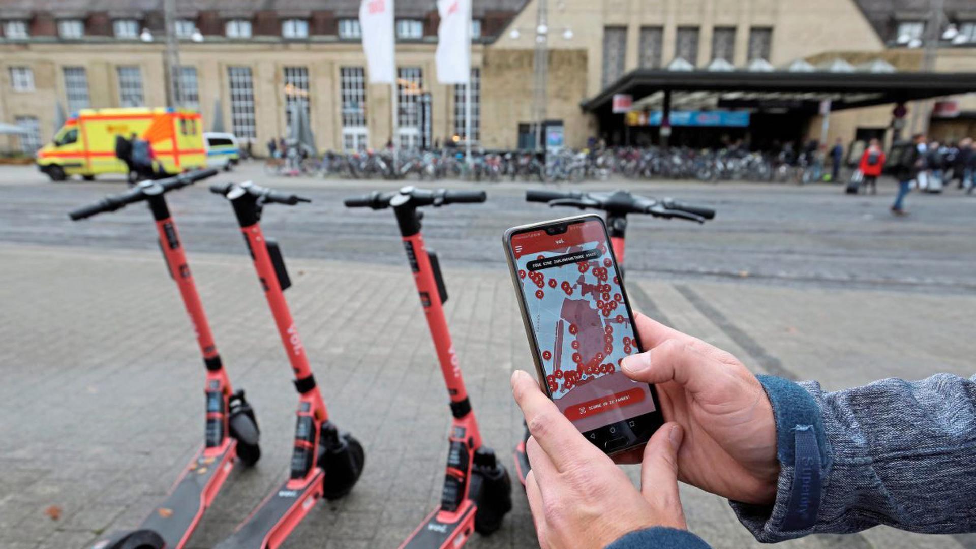 Per App kann man in Karlsruhe seit Mitte September 2018 einen E-Scooter mieten. Nach vier Wochen sehen Polizei und Ordnungsamt kaum Probleme durch die neuen Verkehrsteilnehmer.