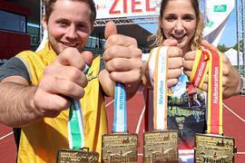 Die Medaillen, die Tim Bäuerlein und Kim Kraus hier präsentieren, wollen sich rund 8500 Laufbegeisterte beim Baden Marathon verdienen.
