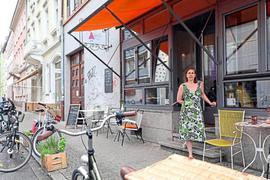 """Konflikt vor der Haustür: Andrea Jäger von """"Lottis Traum"""" in der Hirschstraße fürchtet um den Fortbestand ihres Cafés, wenn vor dem Lokal Parkplätze ausgewiesen werden. In diesem Fall bekommt sie keine Genehmigung für die Außenbestuhlung."""