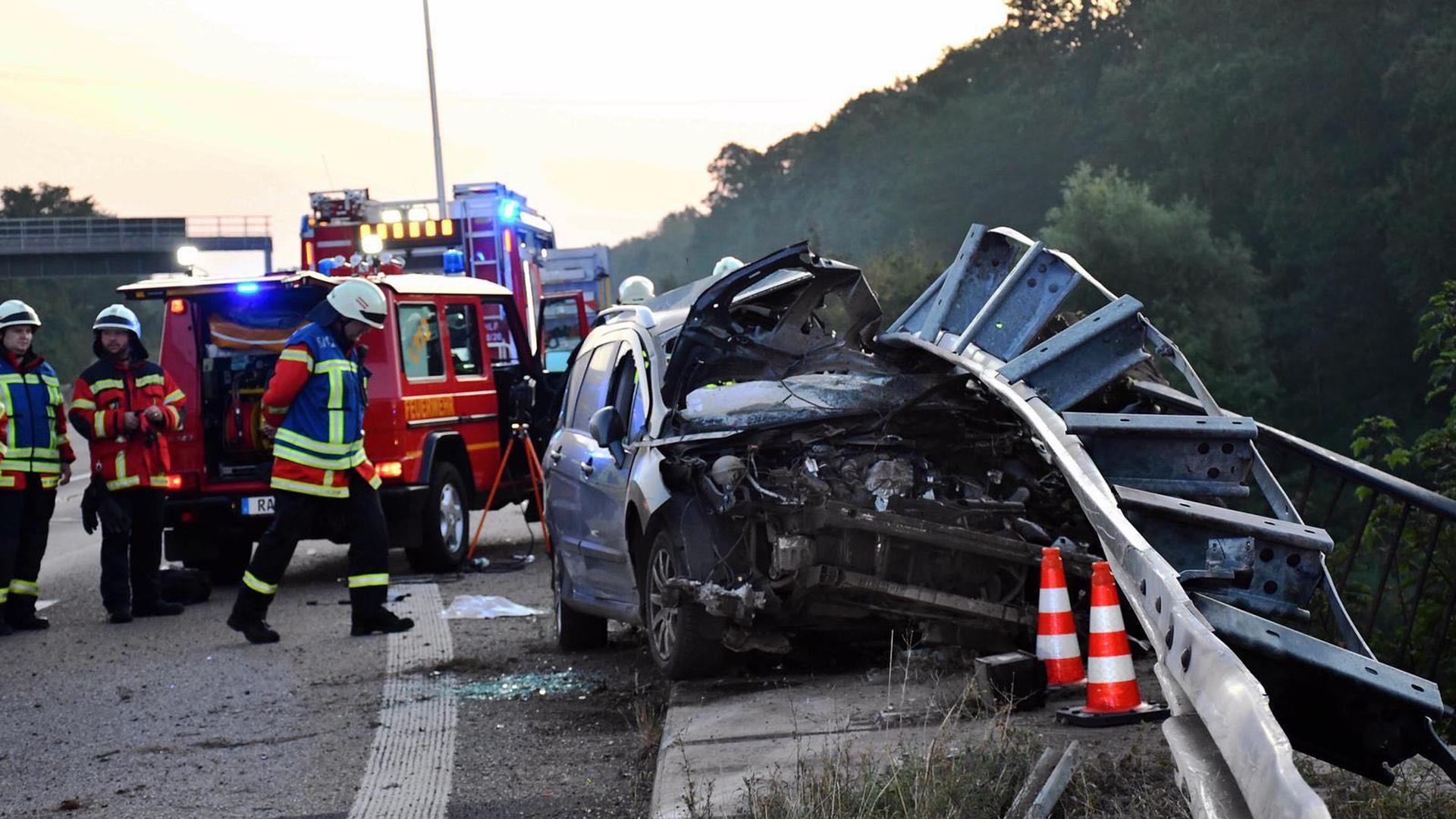 Ein Fahrzeug ist in eine Leitplanke gekracht.