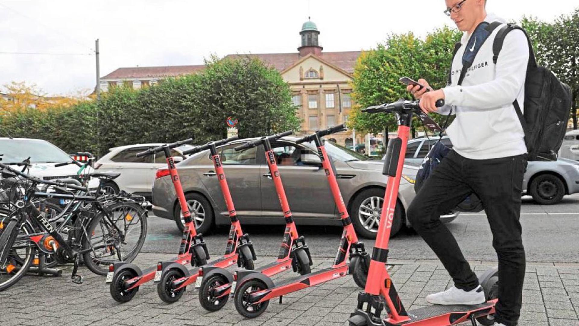 Da waren es nur noch vier: Marius Kleinfeld checkt das neue Mobilitätsangebot in der Innenstadt. Der schwedische Scooter-Verleiher VOI hat mehrere Hundert E-Scooter über die Kernstadt verteilt. Die Neugier ist in der Anfangszeit groß.