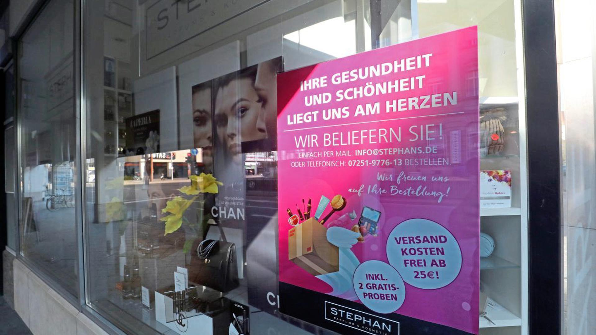 Plakate werben in den Schaufenstern vieler geschlossener Geschäfte für den Lieferservice lokaler Händler. Die Karlsruhe Marketing und Event GmbH und die City Initiative bündeln diese Informationen nun online unter karlsruhe-erleben.de.