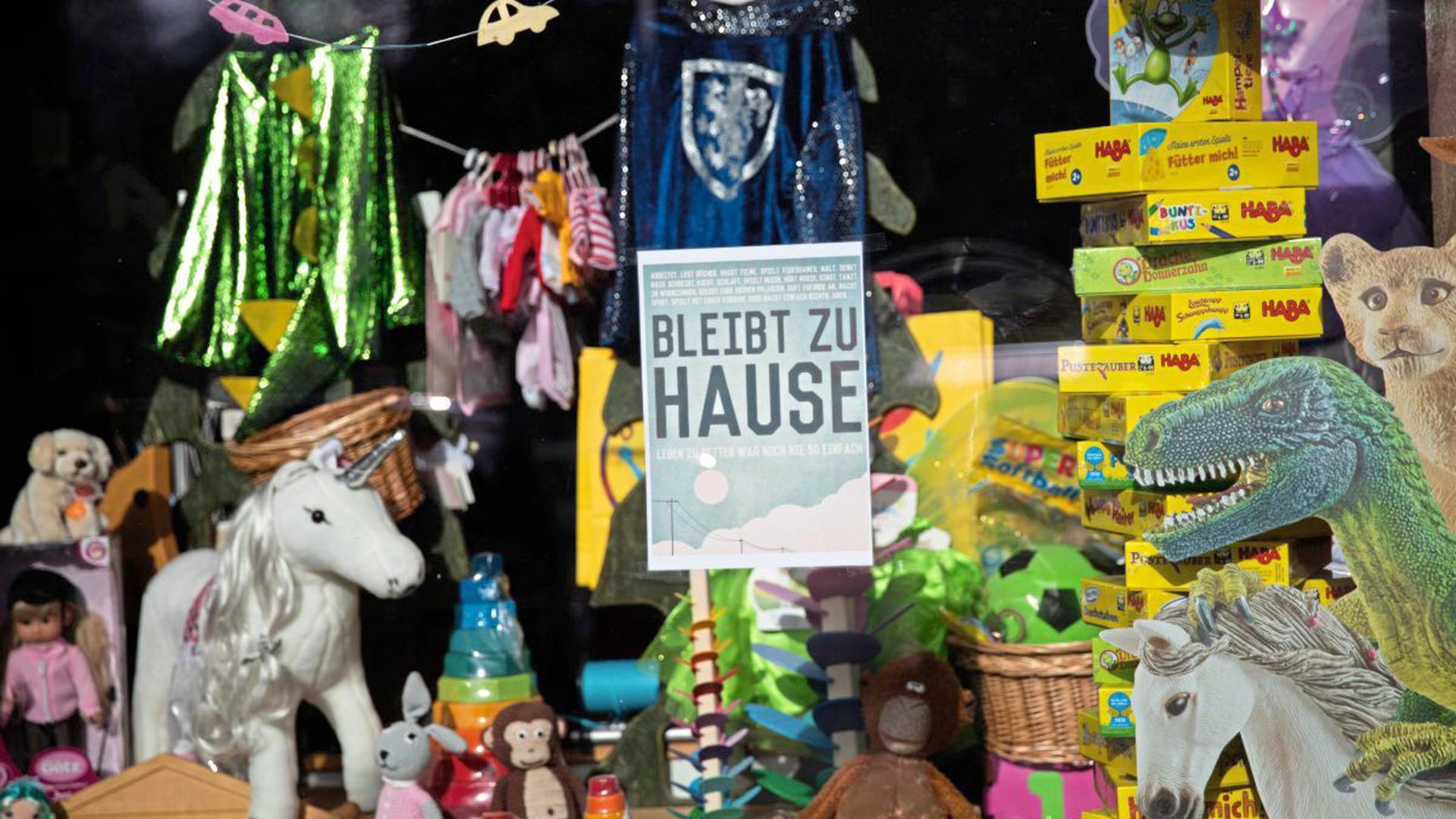 Spielwarenläden müssen wegen des Coronavirus geschlossen bleiben. Doch in anderen Geschäften wird Spielzeug verkauft.