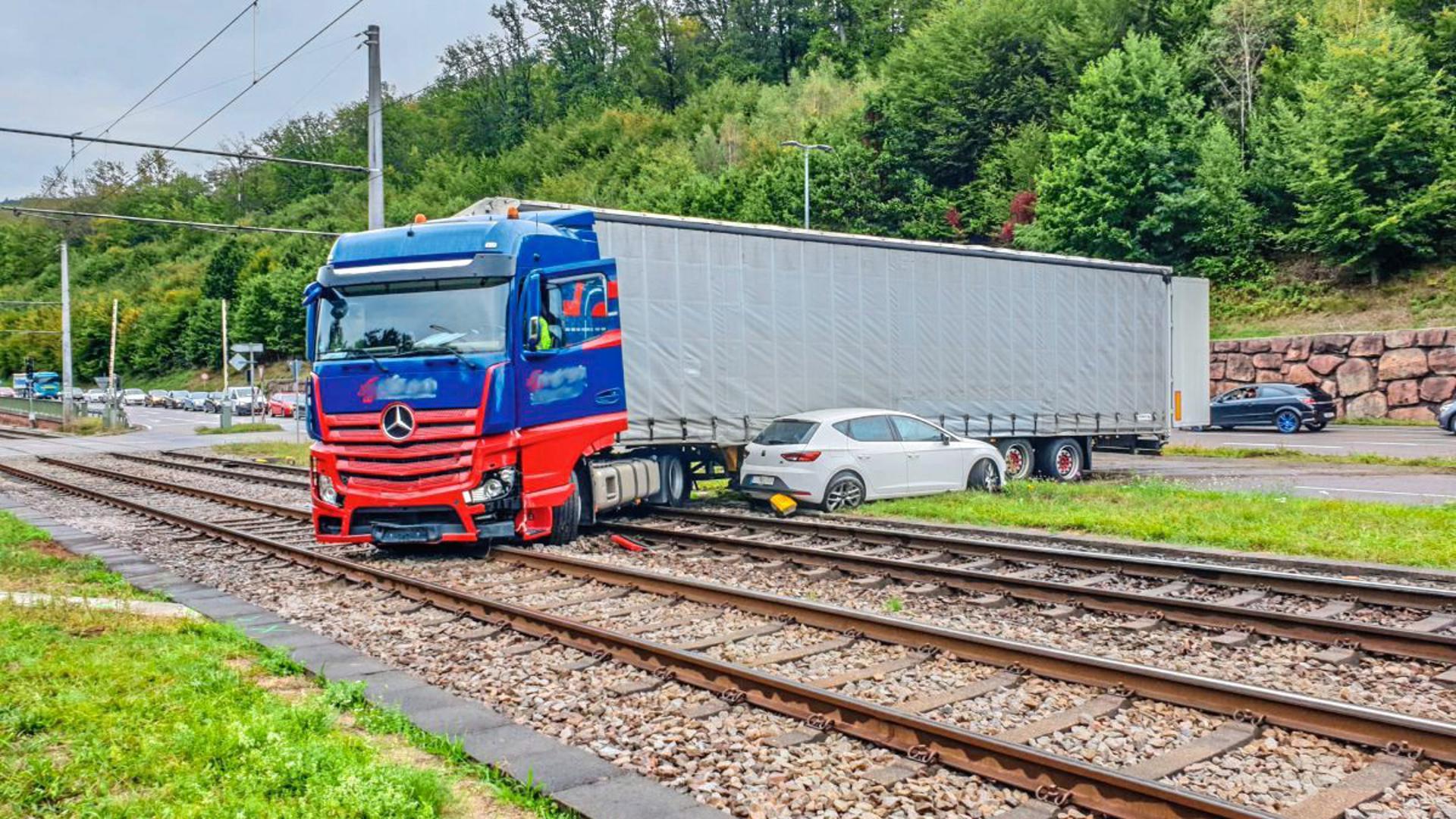 Der Lkw ist nach einer unkontrollierten Fahrt im Gleisbett gelandet.