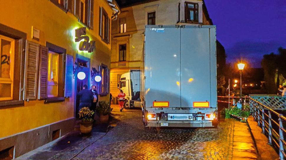 Die Bergung des Lkw in der Ettlinger Altstadt dauerte rund zwei Stunden.