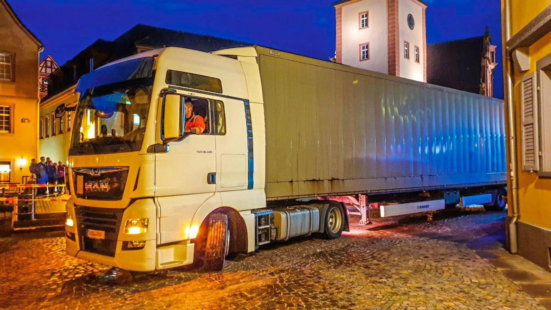 Ein Lkw mit einem zulässigen Gesamtgewicht von 40 Tonnen hat sich am Mittwochabend in der Altstadt von Ettlingen festgefahren.