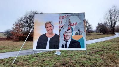 Beschädigter Plakatständer mit Porträt von Eisenmann