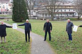 Fünf Männer auf der Wiese im Kurpark Bad Herrenalb.