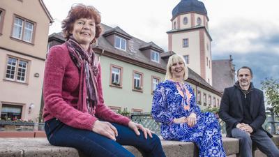 Aufbruchstimmung an der Alb: Monika Hirsch (v.l.) hat ihre Buchhandlung wieder geöffnet, Tina Maier-Gerber ihre Boutique. Gastronom Wolfram Lang möchte seine Weinbar bald wieder öffnen. Die drei Ettlinger Geschäftsleute spüren auch, wie die Stimmung der Menschen besser wird.