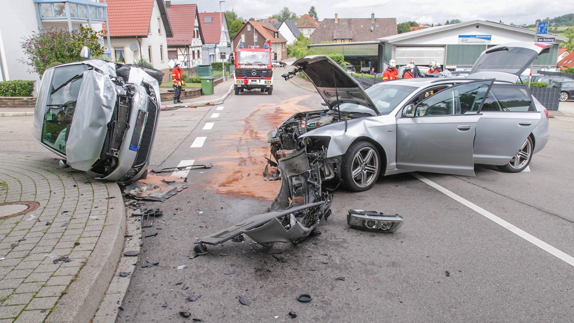 Bei dem Unfall in Ettlingen-Schöllbronn wurden zwei Menschen verletzt.