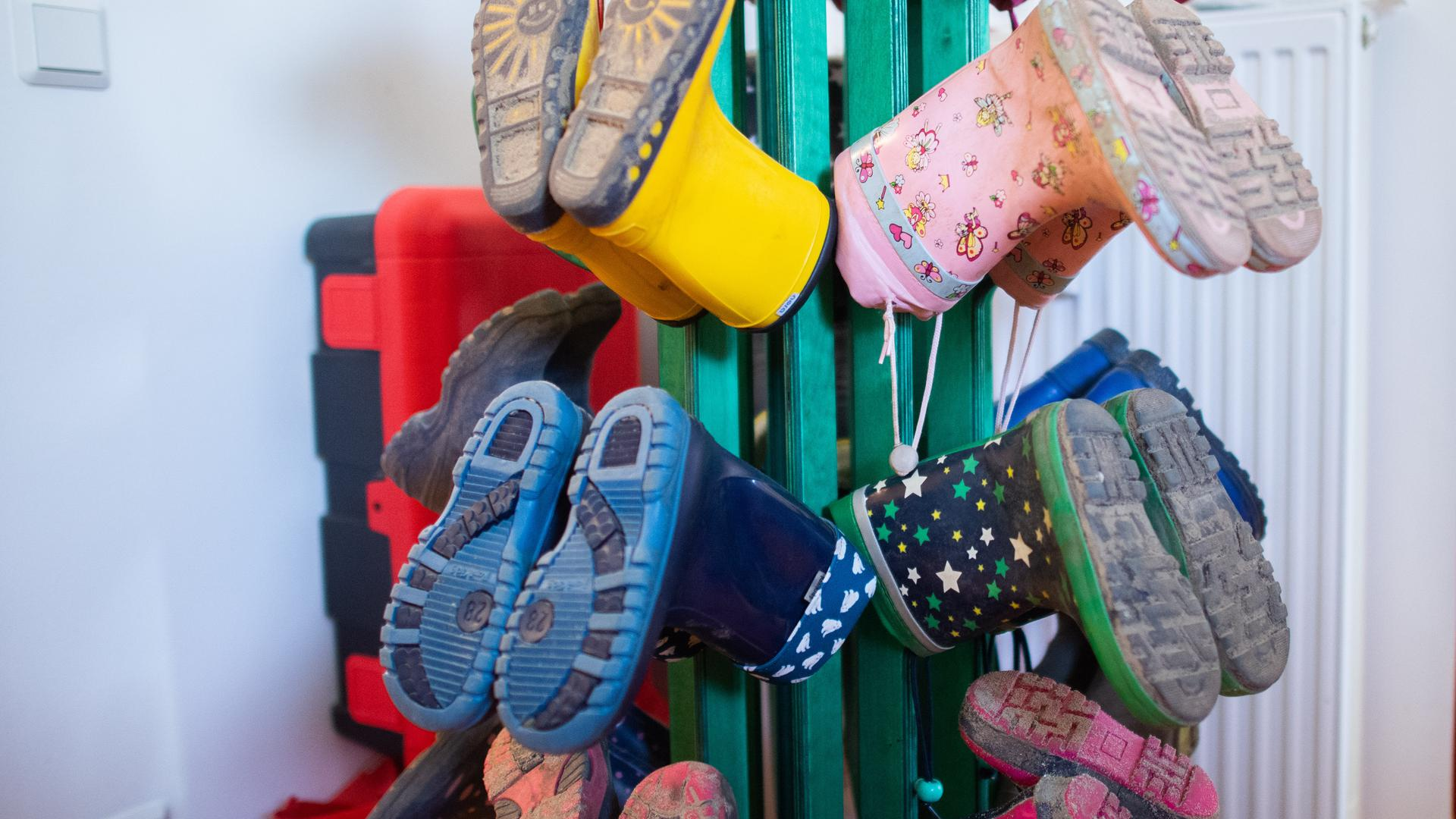 Gummistiefel von Kindern hängen in einem Kindergarten in der Region Hannover. Die Diakonie in Niedersachsen sieht in den neuen Regelungen zur Kita-Notbetreuung während der Corona-Pandemie noch erheblichen Klärungsbedarf. Praktische Leitfäden für Eltern und Einrichtungen fehlten - diese müssten vom Kultusministerium kommen. +++ dpa-Bildfunk +++