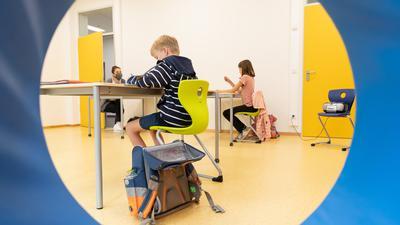 """Schüler einer Grundschule, sitzen in einem Raum für Notbetreuung. Aufgrund der Coronabestimmungen gelten besondere Hygienemaßnahmen. Außerdem werden die Schüler nicht in der vollen Klassenstärke unterrichtet. (zu dpa """"Tonne plant vorsichtige Wiederaufnahme von Unterricht nach Ferien"""") +++ dpa-Bildfunk +++"""