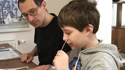 Tim (9) führt unter der Aufsicht seines Vaters einen Corona-Selbsttest durch. Seit dem 18.01.2021 kommen an österreichischen Schulen Corona-Selbsttests für Schüler und Lehrer zum Einsatz - aufgrund der verschobenen Rückkehr in den Präsenzunterricht allerdings nur eingeschränkt. Bei den «Anterio-Nasal-Tests» reicht ein einfacher Abstrich mit einem Tupfer im vorderen Nasenbereich, ein Ergebnis liegt nach rund 15 Minuten vor. Die Testungen sollen künftig einmal pro Woche jeweils am Montag am Programm stehen. +++ dpa-Bildfunk +++