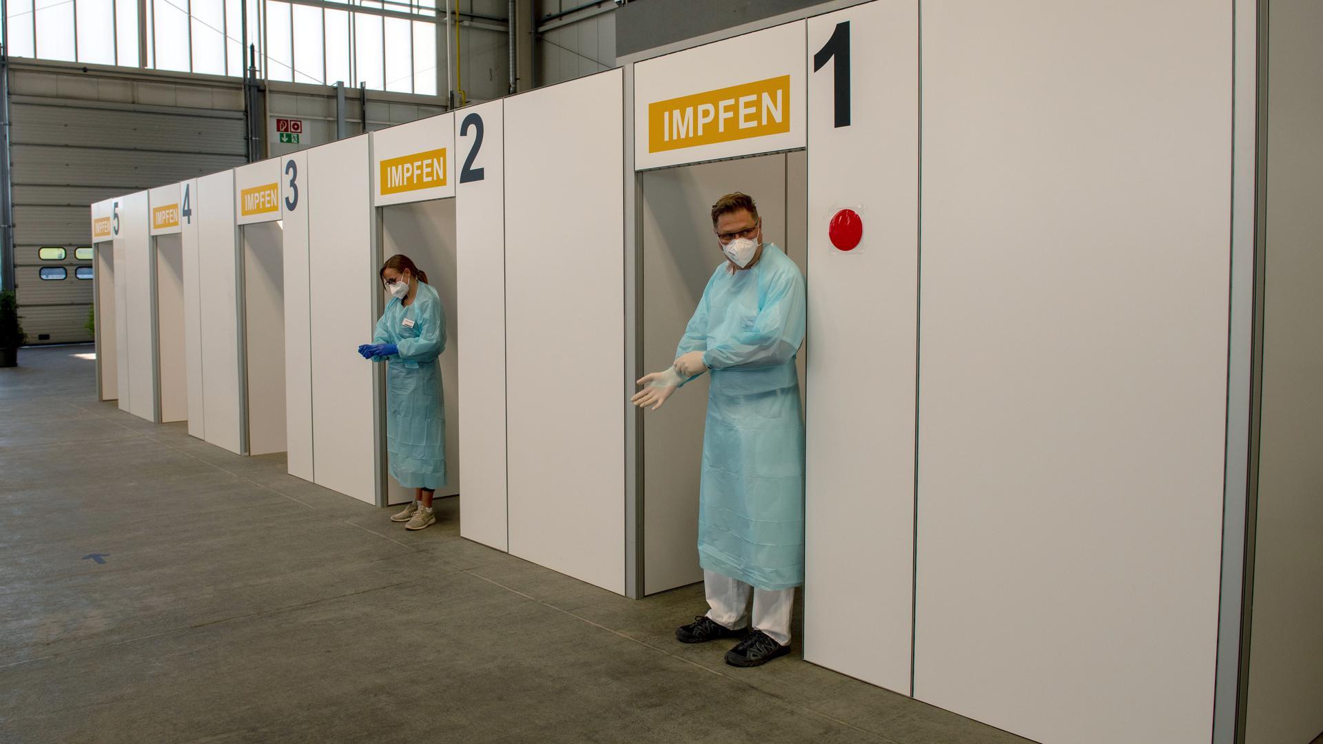 Clara Limperg (l) und Achim Hensler warten im Impfzentrum des Maschinenbauers Liebherr auf Mitarbeiter, die sich impfen lassen wollen. Das Liebherr-Werk Ehingen wurde als ein Pilotbetrieb für die Impfungen durch Betriebsärzte in Baden-Württemberg ausgewählt. Dabei gilt die bekannte Impfpriorisierung des Landes, so dass im ersten Schritt Mitarbeitende ab 60 Jahren geimpft werden. +++ dpa-Bildfunk +++