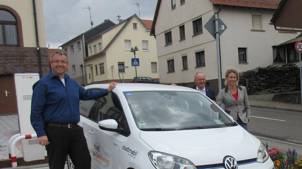 v.l.n.r.: Jürgen Germann (Fachbereichsleiter Finanzen und Infrastruktur), Eberhard Oehler (Geschäftsführer Stadtwerke Ettlingen) und Bürgermeisterin Sabrina Eisele bei der Einweihung der E-Ladesäule auf dem Parkplatz beim Rathaus Pfaffenrot