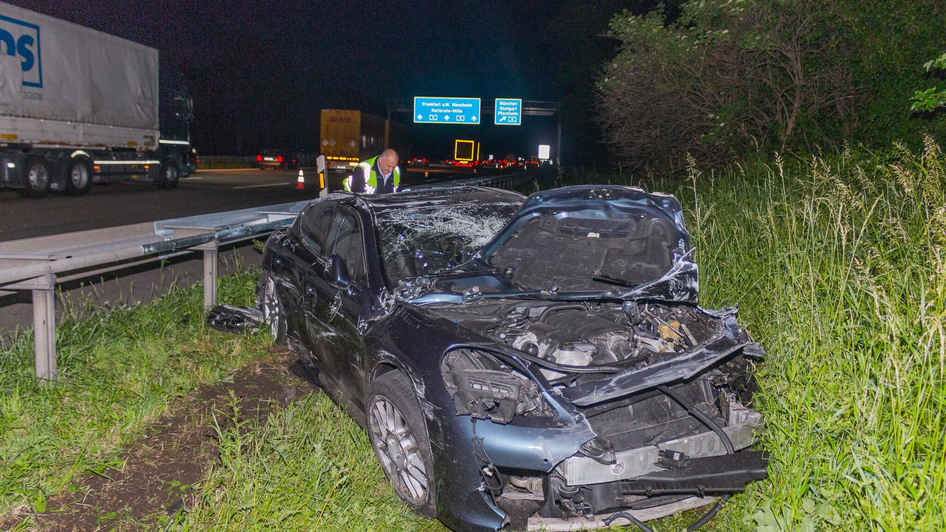 Totalschaden am Porsche, der Fahrer musste vom Notarzt erstversorgt werden.