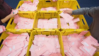 Wahlhelfer sortieren am 14.09.2017 in Köln (Nordrhein-Westfalen) die roten Wahlbriefe mit den abgegebenen Stimmen für die Bundestagswahl 2017. Foto: Rolf Vennenbernd/dpa ++ +++ dpa-Bildfunk +++