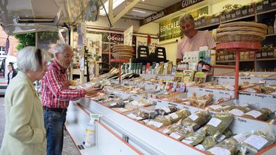 Einkauf am Abend: Erstmals wurden in der Ettlinger Innenstadt am Abend die Marktstände aufgebaut – wie dieser von Gewürzhändler Jorge Gonzalez aus Sasbach.