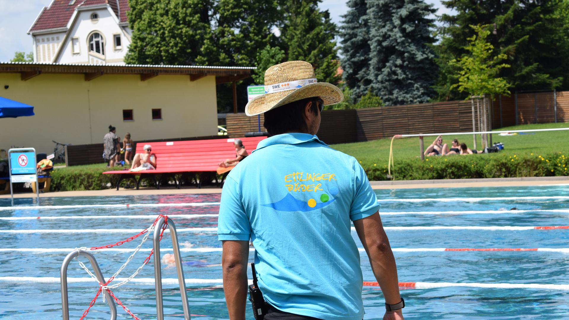 Ein Mitarbeiter der Ettlinger Bäderverwaltung schaut auf das Schwimmerbecken im Albgau-Freibad