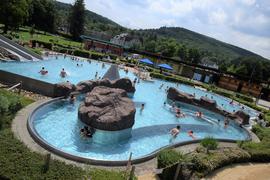 Badespaß im Erlebnisbecken: Bei sommerlichen Temperaturen zog es am Samstag vor allem Familien mit Kindern ins Ettlinger Albgaubad.