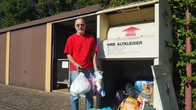 Auf böse Überraschungen vorbereitet: Bei der Leerung des Altkleidercontainers findet Herbert Koch häufig Dinge, die dort nicht hinein gehören. Dieses Mal lagen Windeln und ein Plüsch-Einhorn im Container in der Dieselstraße.