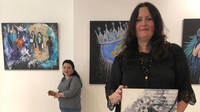 """Zwei Künstlerinnen stellen in der Art-Galerie Ettlingen unter dem Titel """"Kunst trotz(t) Corona"""" aus."""