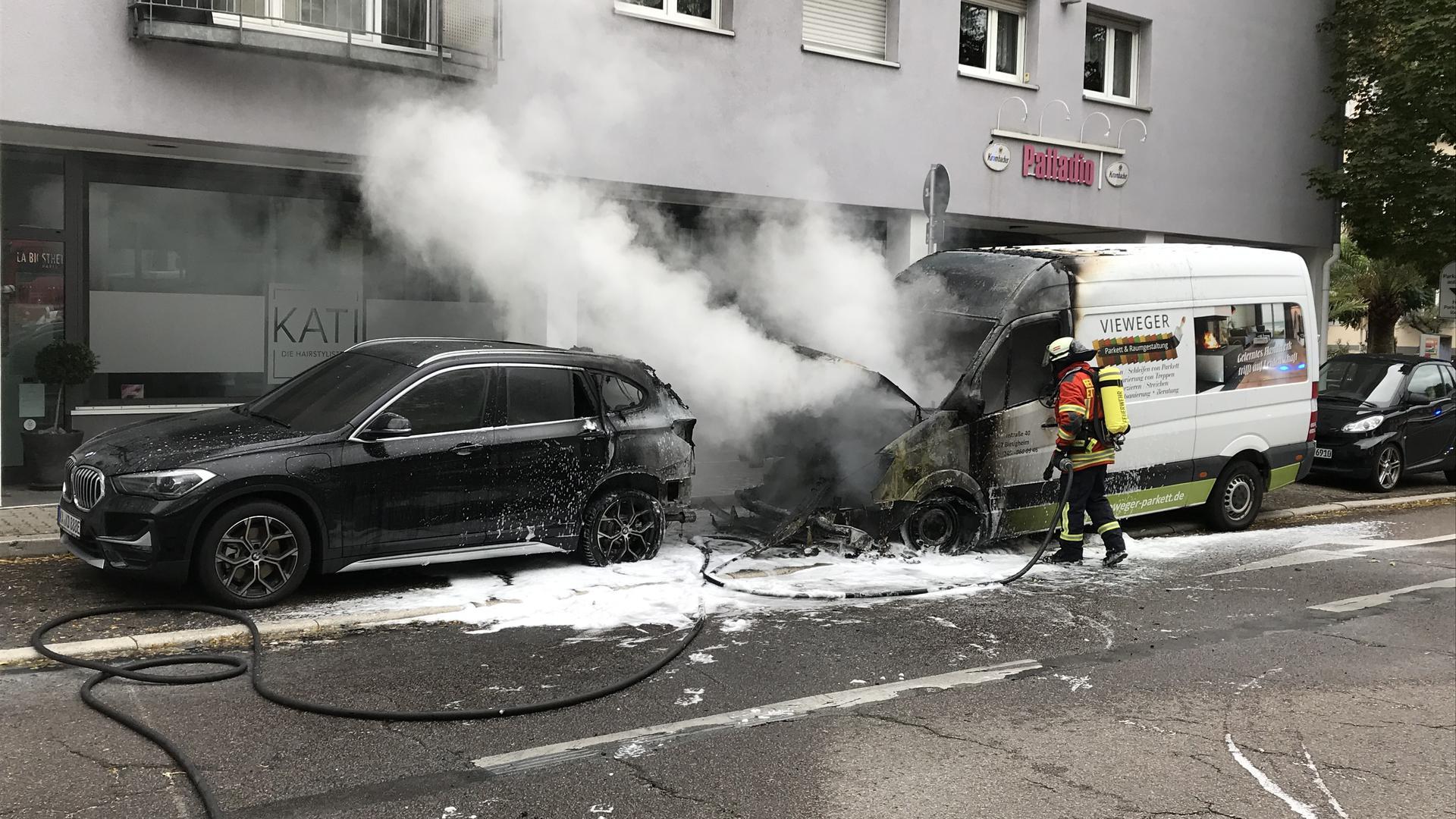 Ausgebrannt: Von der Motorhaube des Transporters, der am Montagmorgen in der Ettlingen Schillerstraße in Brand geriet, war bald nicht mehr viel zu sehen. Die Feuerwehrleute waren mit Atemschutzgeräten im Einsatz.