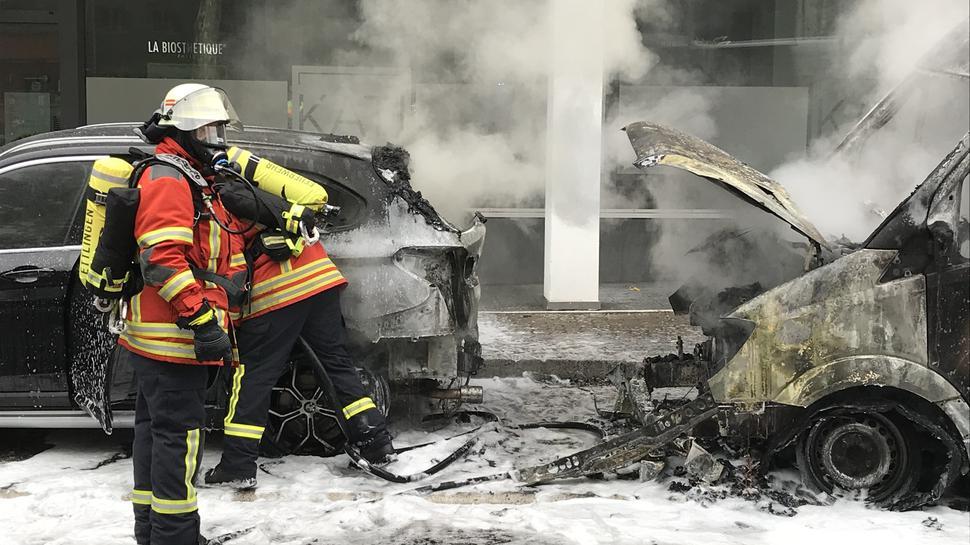 Bild der Verwüstung: An den beiden Fahrzeugen entstand am Montagmorgen in der Ettlinger Schillerstraße ein erheblicher Schaden.