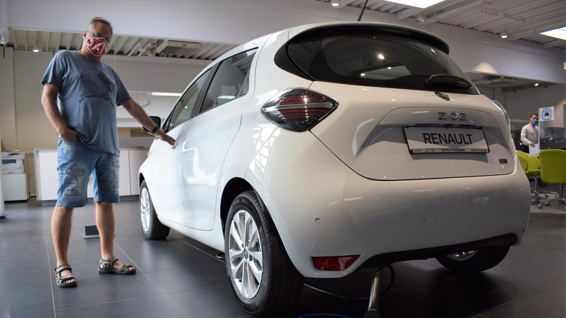 Auf den Geschmack gekommen: Michael Trägner aus Keltern hat im Autohaus Krasser den elektrisch betriebenen Renault Zoe ins Auge gefasst. Die Kaufprämie hat bei ihm das Interesse für E-Autos geweckt.