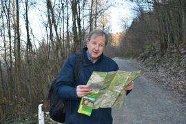Mann mit Karte im Wald