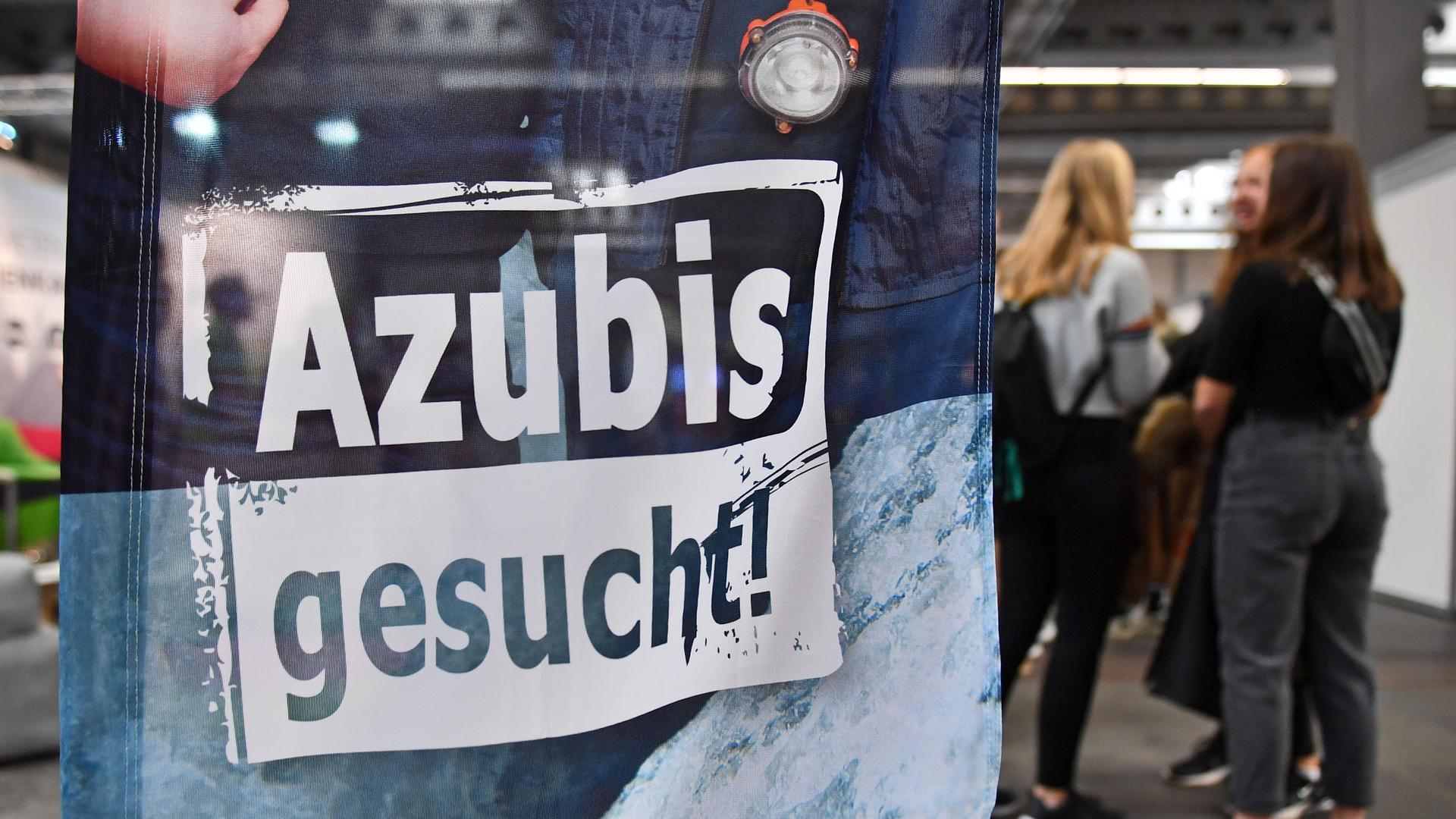 «Azubis gesucht» steht auf einem Banner bei der Berufsorientierungsmesse «Forum Berufsstart». (zu «Handwerksberufe sterben in Thüringen aus») +++ dpa-Bildfunk +++