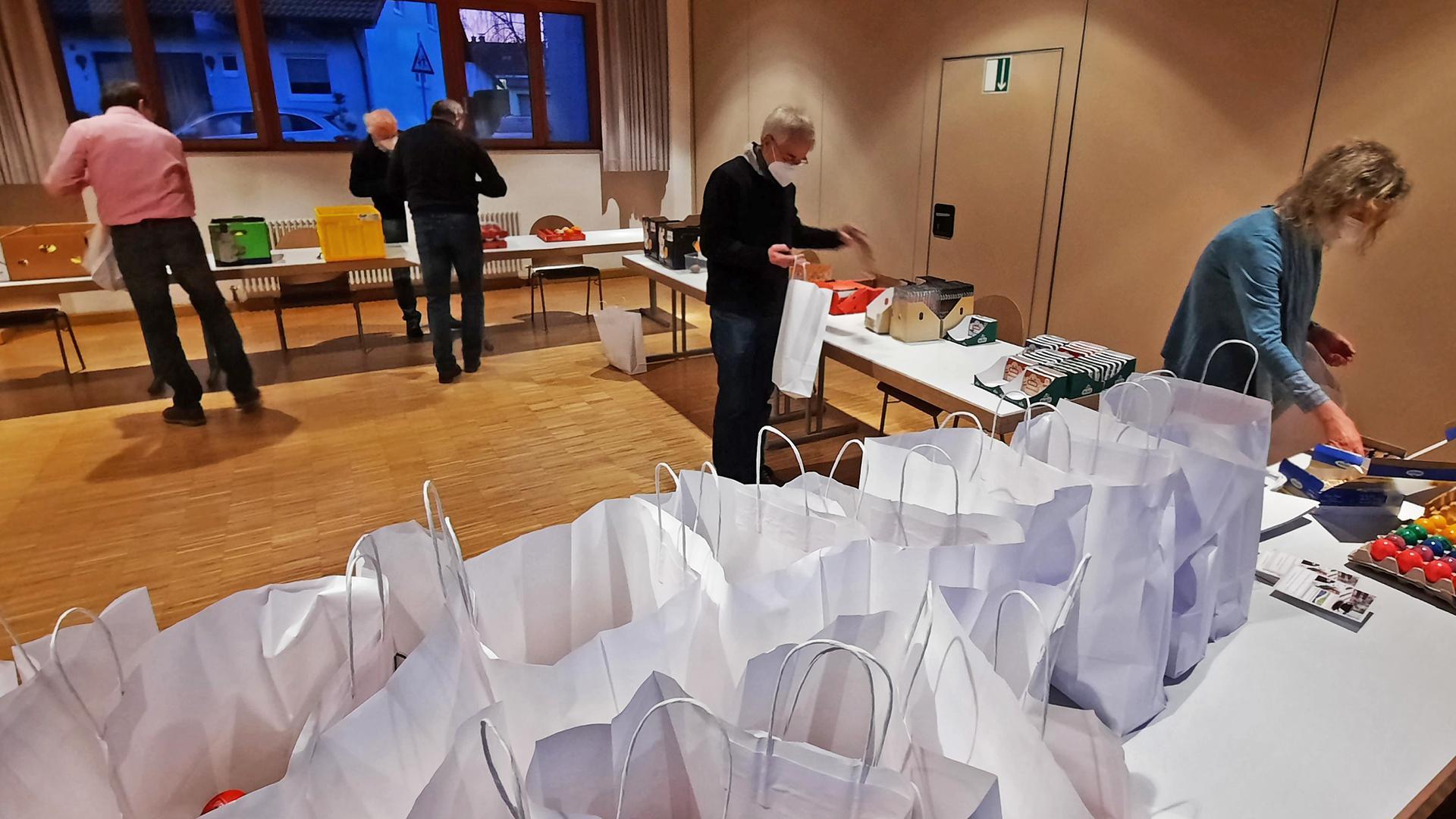 Tüten in der Festhalle Neuburgweier