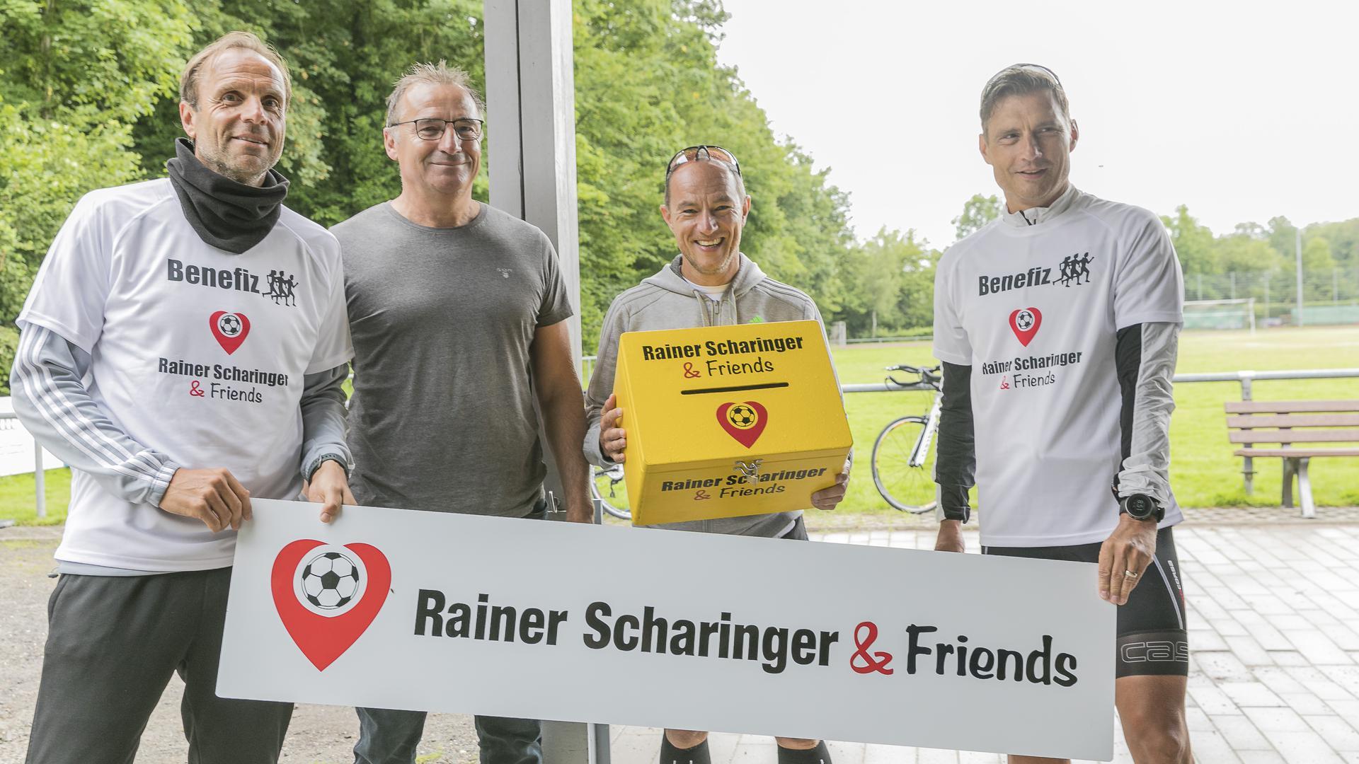 Benefizlauf für den guten Zweck: Rainer Scharinger, Vorstandsmitglied Wolfgang Lehel, Ronald Zaisser und Daniel Senger (von links) mit der gelben Spendenbox.