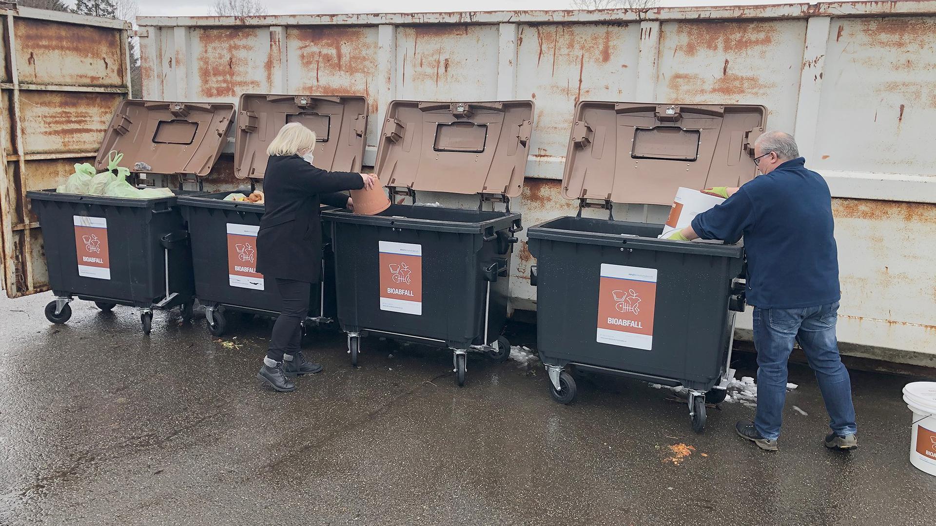 Zwölf Uhr mittags bei den Biocontainern Eine Stunde nach Öffnung des Grünabfallplatzes Spessart sind fast alle vier Container gefüllt.