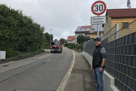 Die Lkw rauben ihm den Schlaf: Björn Basler steht an der Schluttenbacher Straße in Schöllbronn, auf der viele Schwerlaster zwischen Ettlingen und dem Albtal passieren. Aktuell gilt dort Tempo 30 – aber nur bis die Straße saniert wird.