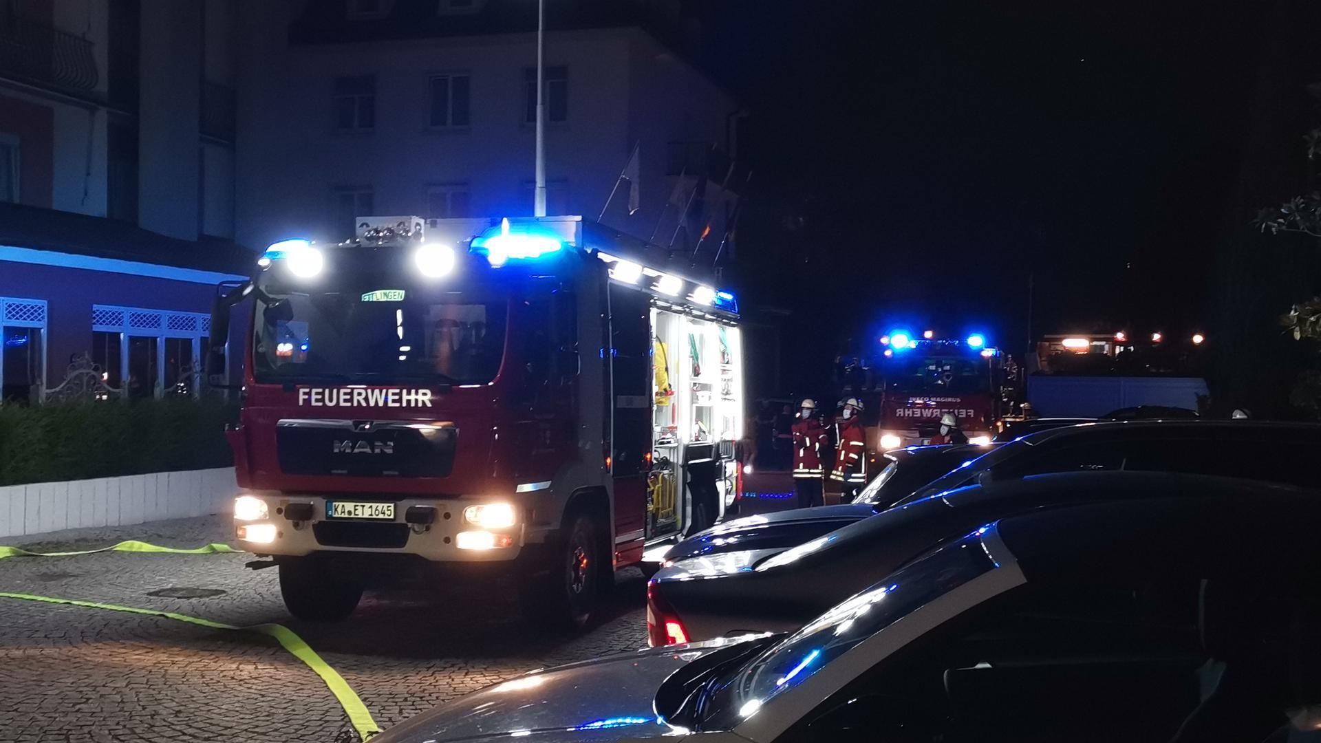 """Zahlreiche Feuerwehrleute kämpften am Sonntagabend gegen den Brand im """"Erbprinz"""" in Ettlingen."""