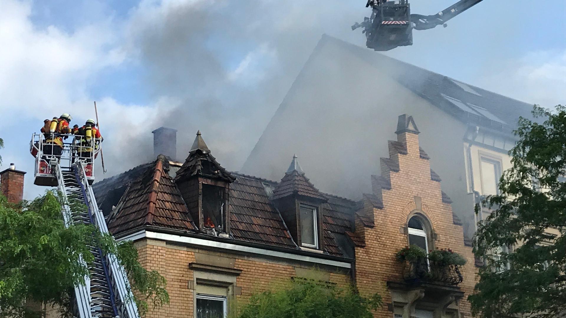 Die Brandbekämpfung fand mittels Drehleiter statt.