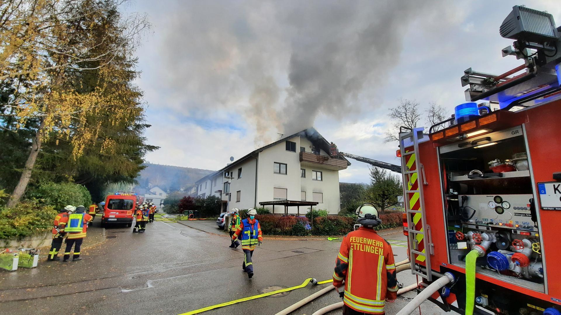 Rauchwolke in Oberweier: Bei einem Brand in einer Dachgeschosswohnung in der Fleckensteinstraße wurde am Donnerstag glücklicherweise niemand verletzt.