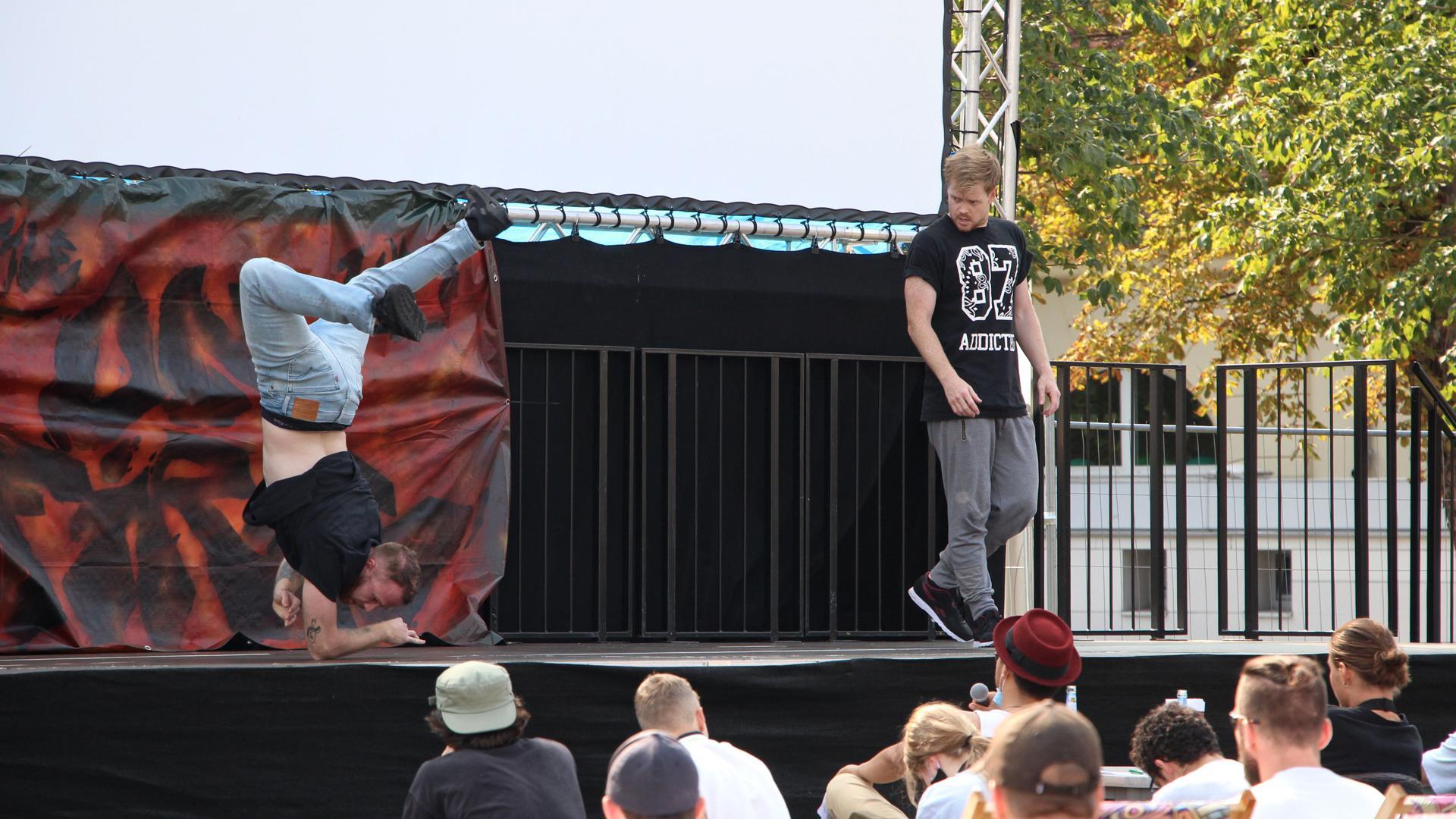 Zwei junge Männer auf einer Bühne